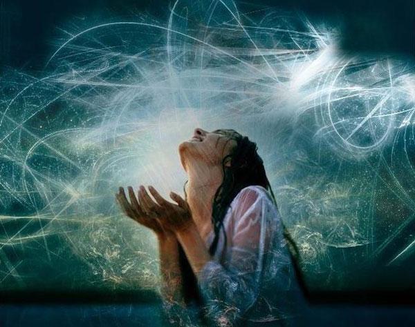Donna che piange al cielo abstract