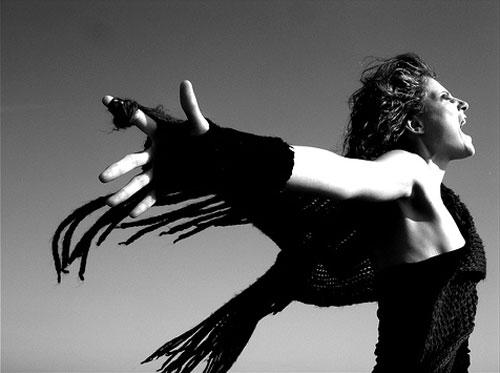 Donna urla al cielo sacerdotessa