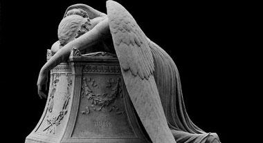Statua Dea con le ali triste e dispersa
