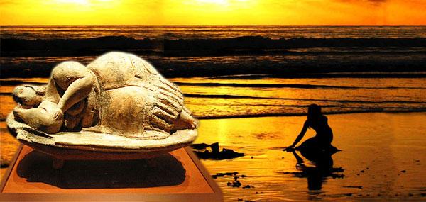 Dea dormiente e donna nel mare al tramonto