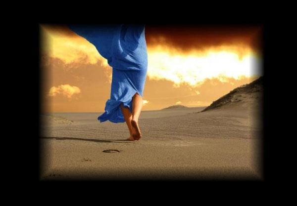 Donna nella storia che cammina nel deserto