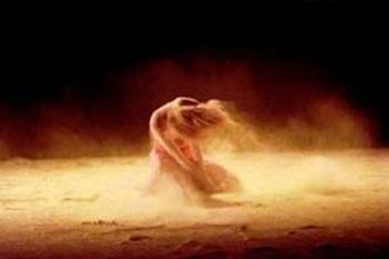 Donna travolta dal vento femminile frantumato