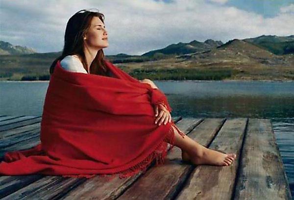 Donna spirituale vicino al lago