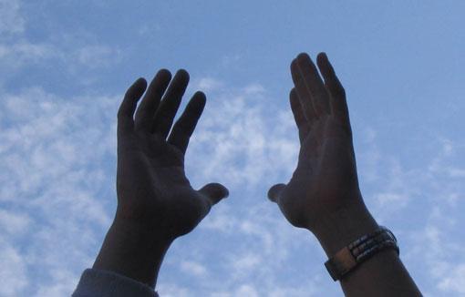 Mani alzate al cielo