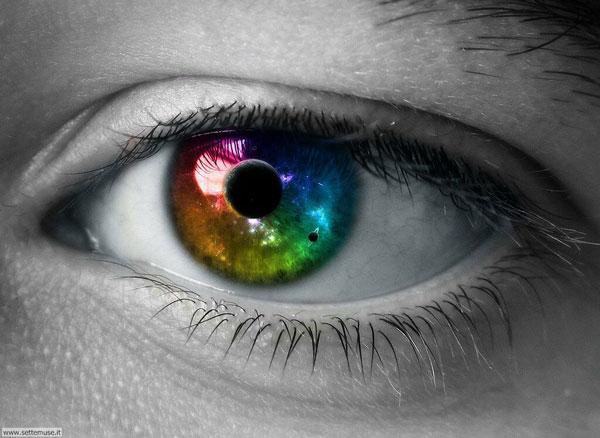 Occhio femminile attraverso gli uomini
