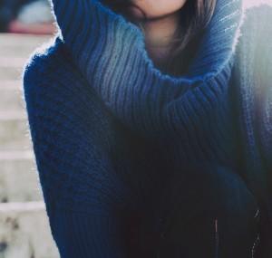 Donna con maglione blu