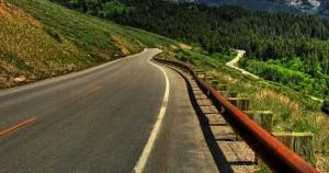 Strada asfaltata con natura