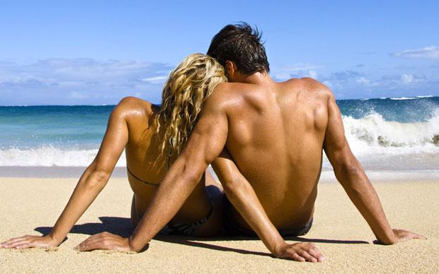 Coppia donna e uomo in riva al mare in spiaggia
